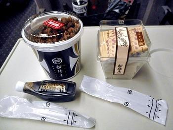 『元祖くず餅』は、帰路の列車やバスで頂くのに丁度良い、カップ入も販売(6切)しています。食べごたえもあり、腹持ちも良いので、小腹が空いた時のお凌ぎにぴったり。  【画像は、カップ入の『元祖くず餅』(右)と、赤エンドウ豆がたっぷり入った人気商品『豆かんてん』(左)】