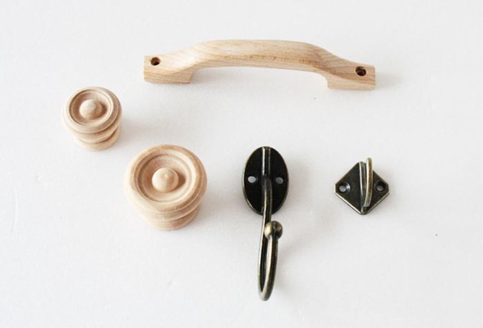 引き出しに付いている取っ手やつまみを別のものに付け替えるだけでも、ぐんと雰囲気を変えることができます。 また、小物やバッグなど掛けられるようなおしゃれなフックを付けると、いいアクセントになって素敵になります。 重厚感のある金属製のものや、ナチュラル感のある木製のもの、可愛らしいガラス製やアクリル製のものなど種類はいろいろ。 雑貨屋さんや100円ショップなどたくさん目にすることができるので、お部屋の雰囲気に合わせてお気に入りのものを探してみましょう。
