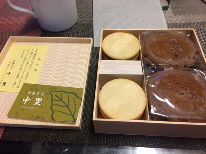 """「中里菓子店」は、明治6年日本橋で創業、関東大震災後に現在本店を構える駒込(北区)へ移転した歴史ある和菓子店。駒込の「中里」といえば、昭和初期に、三代目が考案した『揚最中』と『南蛮焼』が有名で、現在でも""""東京の手みやげ""""として人気を博しています。  【『揚最中」も『南蛮焼』も1個から購入可だが、どちらもそれぞれ箱入りがあり、詰め合わせも販売。賞味期限は、どちらも製造日を含め3日。(画像は、南蛮焼2個と揚最中4個入りの詰め合わせ)】"""