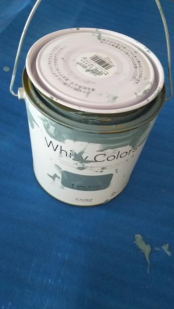 白やアイボリー、クリーム色のペンキは無難な色なので、どんなインテリアにも似合います。  しかし、せっかく学習机をリメイクするなら、ホワイト系以外の色にしてみるのも素敵かもしれませんね。