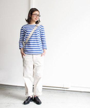 青の七分袖トップスは、これからの季節にぴったりな爽やかな一枚。白のワイドパンツに黒シューズを合わせて、シンプルなマリンスタイル風に仕上げています。