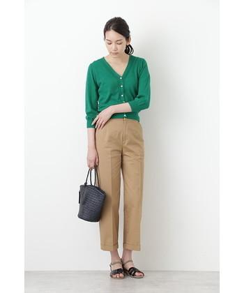 七分袖のカーディガンは、ボタンを全て留めてトップス風に着こなすのが今っぽいスタイリングです。ベージュのタックパンツにグリーンのカーディガンを合わせて、品のあるベーシックな着こなしに。