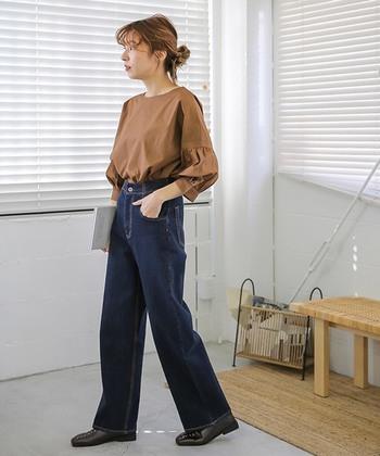 袖がバルーンデザインになっている七分袖トップスは、ブラウンを選んで大人っぽい印象に。ハイウエストのデニムパンツにタックインして、バランスのよいコーディネートに仕上げています。