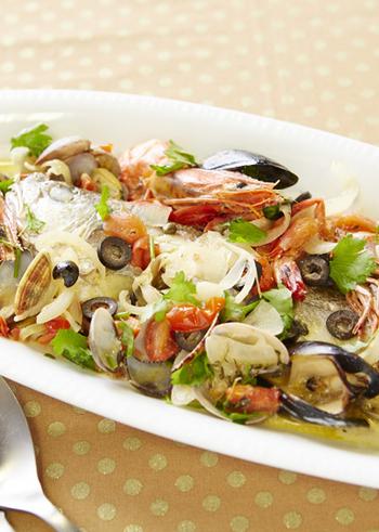 こちらは、白身魚にエビやアサリなどを加えて作るレシピ。白味噌にオリーブやケッパーなどの洋風素材を加えたソースで煮込み、仕上げに生クリームを加えます。洋食にぴったりのおしゃれな一品♪