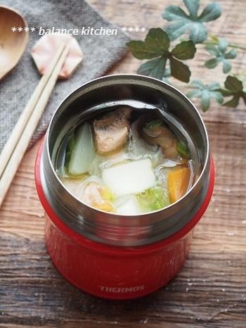 こちらは、お弁当の味噌汁におすすめのレシピ。石狩鍋をアレンジしたスープで、合わせ味噌にバターのコクを加えた味わいです。鮭や野菜も入って食べ応えがあるので、メインのおかずとしても良いでしょう。