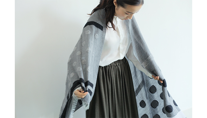 白シャツにカーキのスカートを合わせた、ベーシックなシンプルコーデ。でもそこにドット柄の入ったグレーのストールを合わせるだけで、おしゃれ感と上品度がアップ♪