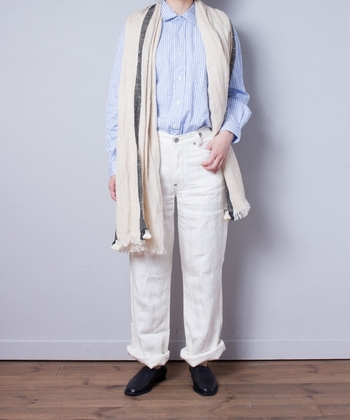 青のチェック柄シャツに、白のデニムパンツを合せた爽やかなコーディネート。肩からサッと垂らしたベージュのストールが、Iラインを強調するよいアクセントになっていますね。