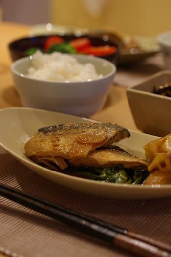 白ご飯がいっそうおいしくなる、魚×味噌のおかず。魚や味噌の種類を自由に組み合わせればアレンジの幅もグッと広がります。味噌汁から焼き物、煮物までジャンル別におすすめレシピをご紹介しますので、お好みの調理方法で作ってみてくださいね♪
