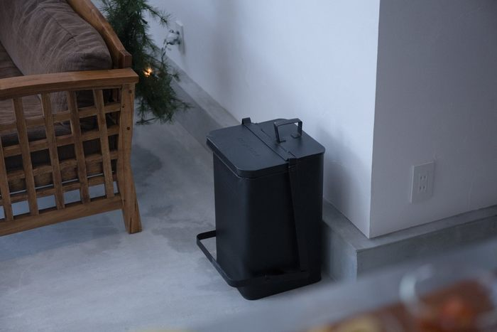 ゴミ箱は日用品だと考えている人が多いですが、実はインテリア感覚で設置できるおしゃれなデザインのものも数多く販売されています。今回はそんなデザイン性の高いゴミ箱を、設置したい場所別にご紹介します。