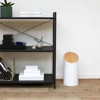 スリムな白の本体と、木製のスウィングする蓋がおしゃれなミニサイズのゴミ箱です。どんなインテリアにも馴染んでくれるデザインなので、場所を選ばずに設置できるのが嬉しいポイント。