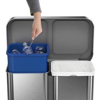 シンプルなシルバーの大きめゴミ箱は、中が2分割されているのでゴミの分類にぴったりな仕様になっています。ステップペダルを踏んで蓋を開けるタイプなので、両手が空いていない状態でもゴミが捨てやすいのが特徴ですね。
