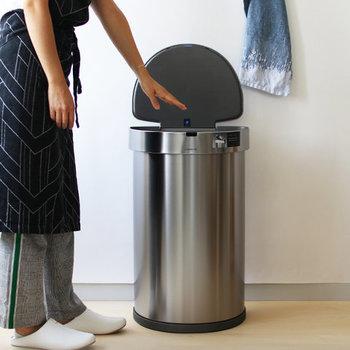 スタイリッシュなシルバーのゴミ箱は、手のひらを上にかざすと蓋が開く自動オートシステムを搭載しています。見た目がおしゃれなだけでなく、実用性もばっちりのゴミ箱なら、インテリアの主役になってくれそうです。