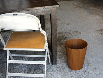 洗面室や子ども部屋にゴミ箱を置くなら、ゴミを入れるのが楽ちんなタイプがおすすめ。木目のペーパーバスケットは耐水性にも優れているので、置く場所を選びません。