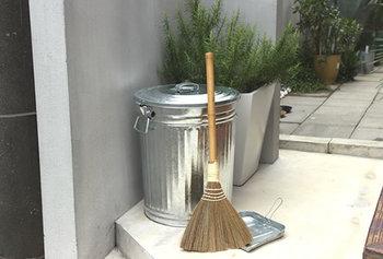 玄関や屋外で使うゴミ箱は、大きくて丈夫なものがおすすめです。こちらのメタルペール缶は熱や衝撃にも強いトタン製なので、何を入れてもOK。安心して外に出しっぱなしにできるゴミ箱です。