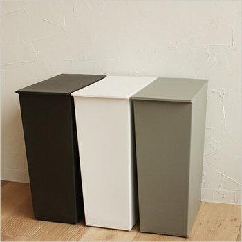 シンプルなスリムタイプのゴミ箱は、白・グレー・黒のベーシックな3色展開。一つだけをリビング用に設置してもよいですし、分類用に3色を並べても素敵ですね。もちろん同じカラーを横に並べても、スッキリ統一感のある印象に♪