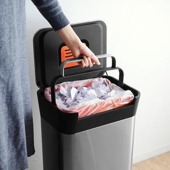 中に設置されたレバーを手前にグッと押し込むだけで、ゴミの体積が圧縮。シンプルでおしゃれな外見からは想像できないほど、とっても便利で実用的なゴミ箱となっています。