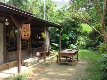 読谷村の森の中にある「水円(スイエン)」。童話に登場するような、木の造りの佇まいです。