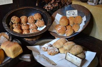 お店に並ぶのは、読谷村の無農薬の紅芋と玄米の酵母を使用したパンたち。かみしめるほどに素材の味を感じられます。