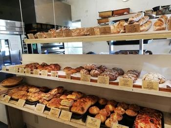 こちらも天然酵母パンで、ほんのりとした酸味とともに口の中に広がる奥深い味わいは、食べるほどに虜に・・・。  他にも、店内には所狭しと黒糖や沖縄ならではの素材を使ったパンたちがたくさん。