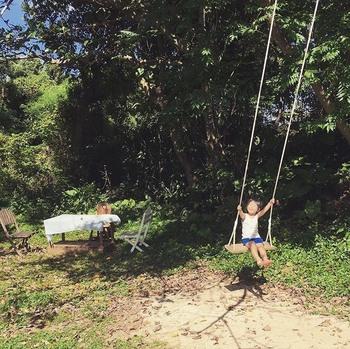 テラスには沖縄の風が感じられるこじんまりとしたイートインスペースの他、高い木からぶら下がる長いブランコも旅気分を盛り上げてくれます。