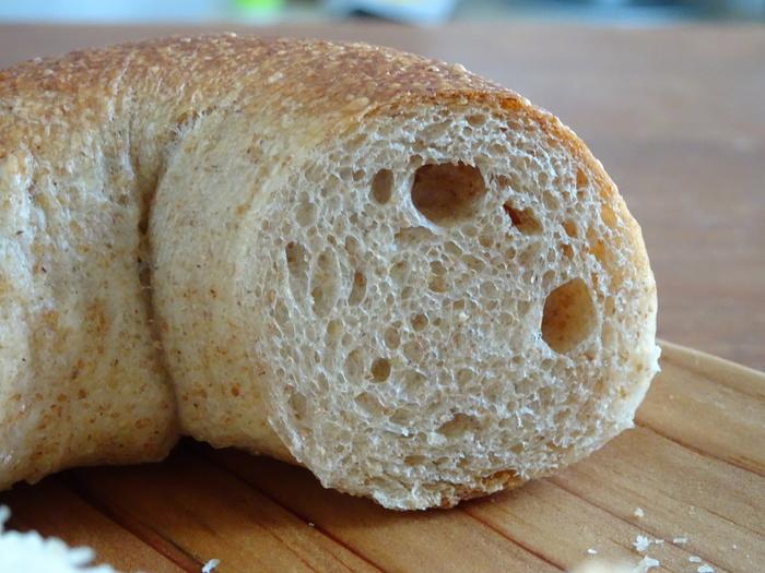 ポストハーヴェスト農薬の使われていない国産小麦や海外のオーガニック小麦など、農学部出身の店主さんの確かな目で選ばれた原材料によって作られた安全でおいしいパンの数々は、やさしくもしっかりとした食感です。  穏やかな店主さんとのおしゃべりも楽しく、一度足を運ぶとファンにならずにはいられないお店です。