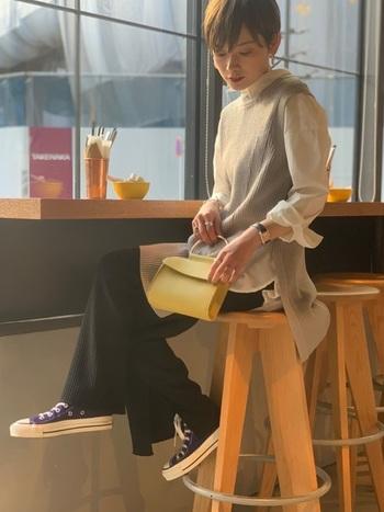 カジュアルな着こなしに女性らしさをプラスする、上品なミニショルダーバッグ。柔らかな黄色なら、ベーシックカラーに違和感なく溶け込みます。