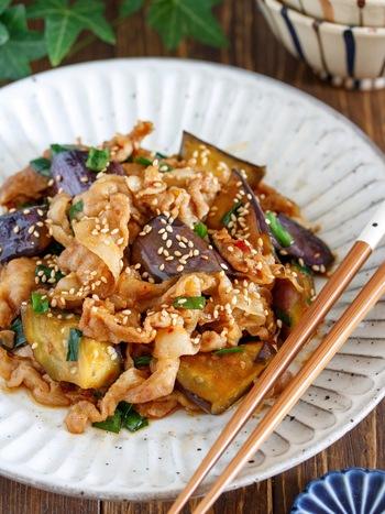 豚バラとなすの麻婆風の炒め物。焼肉のタレを味付けに使うことでしっかりとコクのある味になります。豚バラを使うことでボリュームも食べ応えもアップし、育ち盛りの子どもたちにもぴったり!