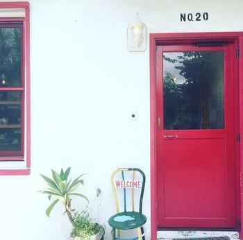 赤い塗装のある外観が目印の「Proots(プルーツ)」。センスある雑貨が並ぶ、ぜひ立ち寄りたいショップの一つです。