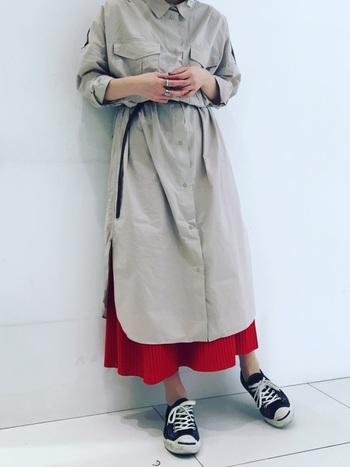 彩りカラーの洋服をちらりと見せれば、おしゃれでトレンド感のあるスタイルに。ベーシックなシャツワンピに赤のロングスカートをレイヤード。着こなしが引き締まり、かわいらしさも加わります。