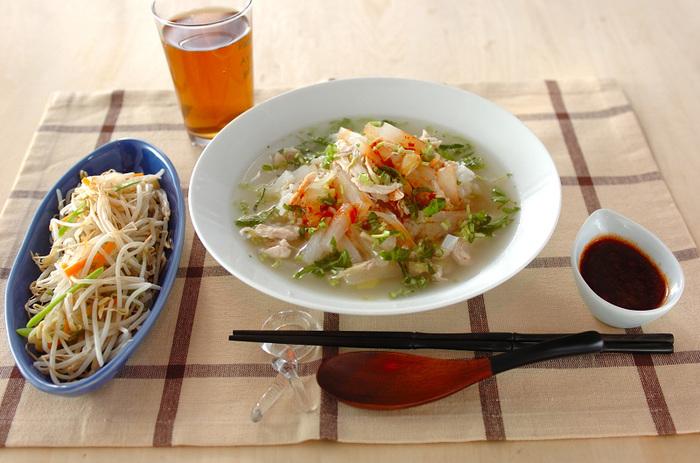 鶏ささみや鶏手羽先を使った、さっぱりとしたスープかけご飯。 豆板醤やごま油を使ったしょうゆだれを加えながら、お好みの味に調整していただきましょう。