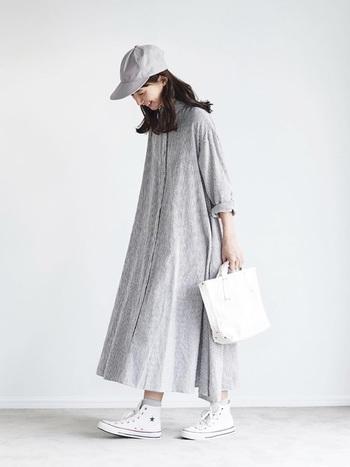 ふわりと風になびくAラインのシャツワンピースも、ライトグレーを選べばヘルシーな雰囲気に。さり気なく袖をロールアップしてぬけ感を出すのが素敵に着こなすポイントです。