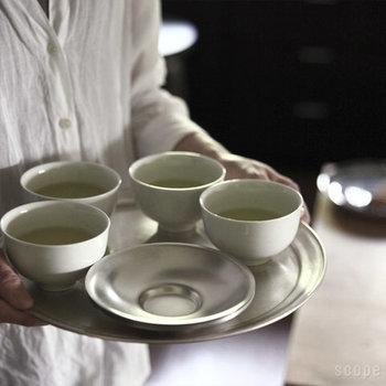 注ぎながら、それぞれの湯のみに入れたお茶の色が同じくなるように注ぎましょう。旨味が凝縮された最後の一滴までしっかり入れてくださいね。渋みが残らないので、二煎目も美味しく淹れることが出来ますよ。