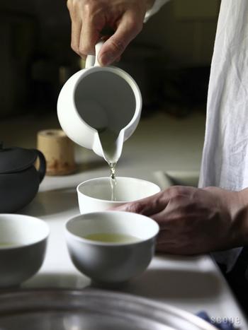 """お湯を冷ますためには、ぜひ""""湯冷まし""""という茶器を使ってみてください。沸騰したお湯を、1度湯冷ましに注ぐことで、約10℃下がります。そして、湯のみに移すことで、また約10℃下がります。その後に急須に入れることで、程良い温度で抽出することが出来ます。2度お湯を移すのが手間ならは、湯冷ましを使うだけでも十分美味しくなりますよ。"""