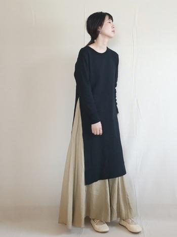 深めにスリットが入ったワンピースに、ベージュのマキシ丈スカートをレイヤードしてワンランク上の着こなしに。足元もベージュのシューズでまとめれば、シンプルながら小洒落たコーデが完成します◎