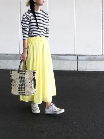 ふわりとした素材感とフレッシュイエローの組み合わせが春らしいスカートは、モノトーンのボーダートップスを合わせてすっきりと着こなすと◎パッと目を惹くカラは、合わせるアイテムの色を控えめにするとバランスよく着こなせますよ。
