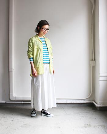 グリーンとイエローをかけ合わせた、絶妙な組み合わせのスタイリング。派手になりがちな組み合わせですが、ピッチとスカートの白がぬけ感となり爽やかですっきりとした印象に。思わずマネしたくなる春らいコーデです。