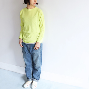 イエローはこの春注目されているカラーのひとつ。特にパステルイエローやフレッシュイエローなど、ライトトーンがおすすめです。シンプルなデニムスタイルもトップスをイエローにするだけで、一気にトレンド感のある春らしい着こなしに。