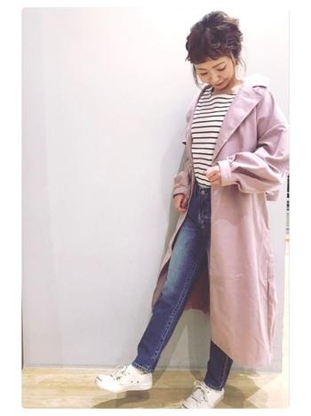 くすみピンクのアウターをサッと羽織れば一気に春らしい着こなしに。顔周りがパッっと明るくなるので表情も生き生きとしてきますね♪いつものコーデにすんなり馴染むのも、くすみピンクの魅力です。