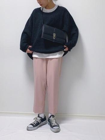 メンズライクな印象のスウェット×Tシャツの重ね着スタイルに、くすみピンクのパンツを合わせてMIXスタイルに。ピンクは少し苦手…という方は、他のアイテムをモノトーンなど辛口でまとめると、気負いなく取り入れることができますよ。