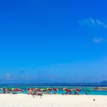 例えば「水納島」は、沖縄本島からわずかフェリーで15分の距離。那覇空港から、車で90分ほど走った場所にある「渡久地港」からアクセスできます。  人口40人ともいわれる小さな島ながら、美しい海を求めて観光客が訪れる場所でもあるので、海岸近くにはシャワーや売店などもありとても過ごしやすいんです。透明度も抜群で、浅瀬にいるだけで足元によって来る魚たちと戯れることができますよ。