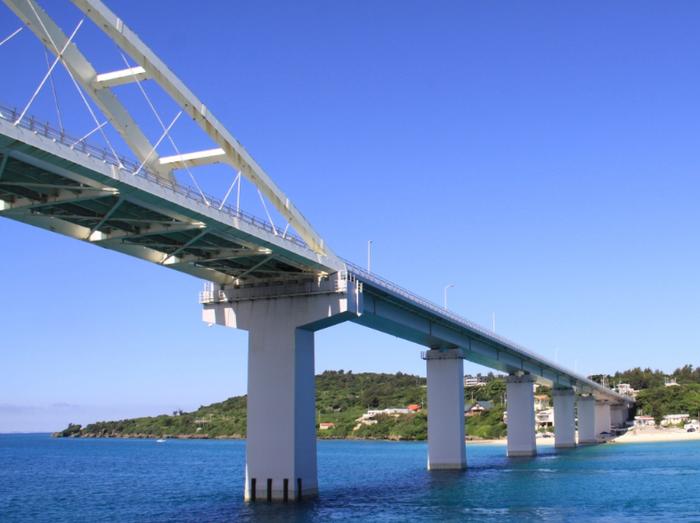 また「瀬底島」も、気軽にアクセスできるおすすめの離島。本島からかかる大きな橋を渡るだけでたどり着けて、車があればすぐに到着できます。