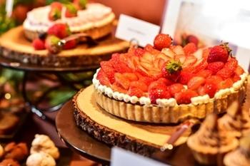 アゴーラ福岡山の上ホテル&スパ内の「MAIN DINING CABANA」では、3/31まで平日カフェタイム限定でストロベリーデザートビュッフェを開催中です。