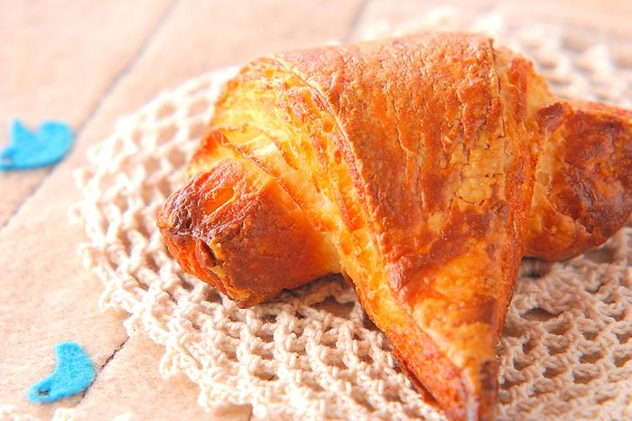 手作りなら焼きたてのクロワッサンをすぐに食べられますよ。バターはためらわずにたっぷり使ってサクサク食感に仕上げましょう。カフェオレなどを合わせておいしく召し上がれ♪