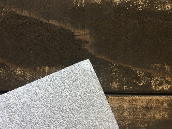 木の表面を整える時に使うサンドペーパー(紙ヤスリ)です。サンドペーパーには番号がついていて、番号が少なくなる毎に目が荒くなります。ペンキを塗る時や、ちょっとしたキズを慣らしたりする時に使います。