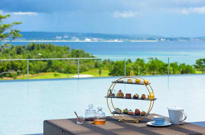 せっかくの特別な旅、上質なアフタヌーンティーで、特別な思い出づくりを楽しんでみてはいかがですか?  ぜひオススメしたいのはホテル「ザ・リッツカールトン沖縄」にある「ザ・ロビーラウンジ」。ハイクラスのホテルながら、サービスは気さくでリラックスできます。