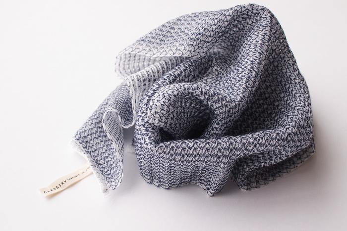 色違いでネイビーもあり、こちらもホワイト同様、弱酸性のとうもろこし繊維を使用し、編み方も工夫されているため余分な皮脂汚れだけを落とし、潤いは逃がさずに洗えます。
