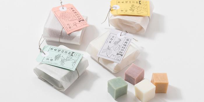 質のよい漢方生薬原料の栽培地である奈良県で、地産素材を生かしたコスメづくりに力を入れている化粧品メーカーと中川政七商店で作った「奈良植物石鹸」。