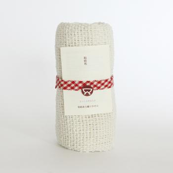 機械ではなく人の手により1本1本丁寧に紡がれた、手つむぎ糸から作られる製品を生み出している益久染織研究所(ますひさそめおりけんきゅうしょ)の「和紡あら織りタオル」。
