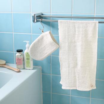他にも吸水性抜群で、しかも乾きが早いこともボディタオルとして◎。また手つむぎ糸の生地は使うほどに風合いがやわらかくなっていき、肌触りも良くなるので長く愛用できそう。