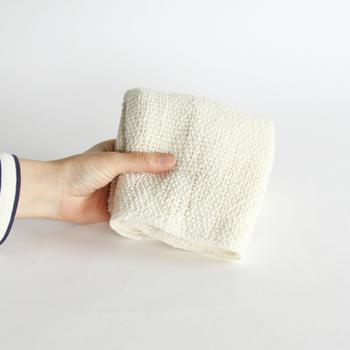 手つむぎ糸で作られた生地表面はかすかに凸凹があり、空気を含んでふんわりしています。肌触りも抜群で肌にもやさしい仕上がりなので、乾燥肌の方でも石鹸いらずで、お肌がしっとりに。